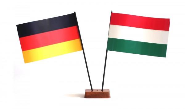 Mini Tischflagge Ungarn 9x14 cm Höhe 20 cm mit Gratis-Bonusflagge und Holzsockel Tischfähnchen