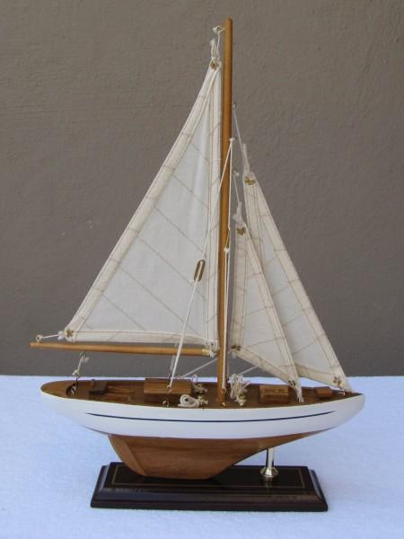 Schiffsmodell Segelyacht (weiß/natur) aus Holz 35x25 cm