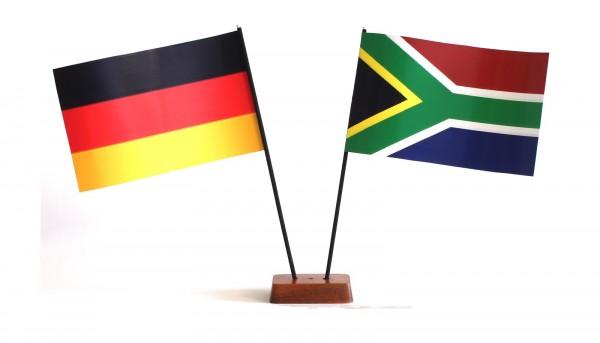 Mini Tischflagge Südafrika 9x14 cm Höhe 20 cm mit Gratis-Bonusflagge und Holzsockel Tischfähnchen