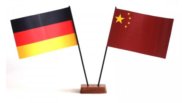 Mini Tischflagge China 9x14 cm Höhe 20 cm mit Gratis-Bonusflagge und Holzsockel Tischfähnchen