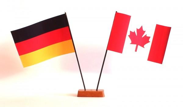 Mini Tischflagge Kanada 9x14 cm Höhe 20 cm mit Gratis-Bonusflagge und Holzsockel Tischfähnchen