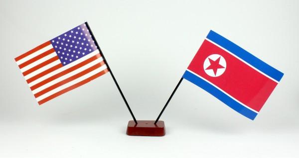 Mini Tischflagge Nordkorea / USA 9x14 cm Höhe 20 cm mit Holzsockel Tischfähnchen