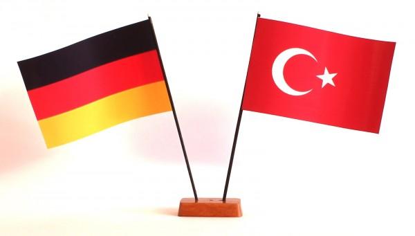 Mini Tischflagge Türkei 9x14 cm Höhe 20 cm mit Gratis-Bonusflagge und Holzsockel Tischfähnchen