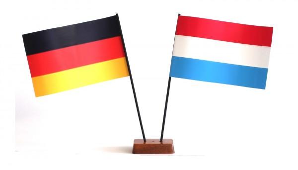 Mini Tischflagge Luxemburg 9x14 cm Höhe 20 cm mit Gratis-Bonusflagge und Holzsockel Tischfähnchen