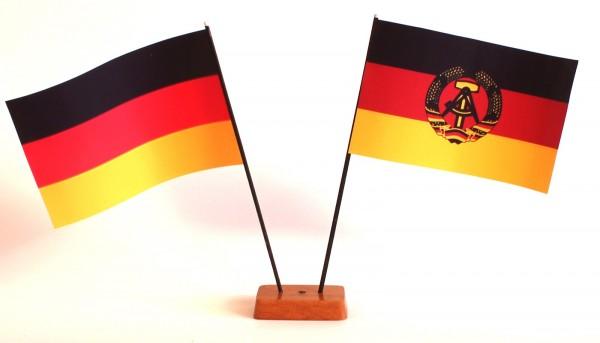 Mini Tischflagge DDR Ostalgie 9x14 cm Höhe 20 cm mit Gratis-Bonusflagge und Holzsockel Tischfähnchen