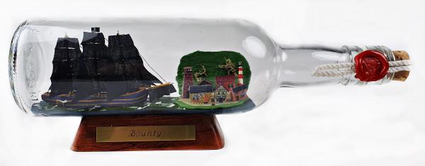 Bounty schwarze Segel 500 ml runde Flasche Buddelschiff mit Landschaft Piratenschiff