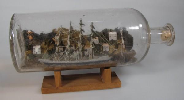 Altes Buddelschiff 4-Mast Vollschiff mit Landschaft um 1900, ca. 24x9 cm