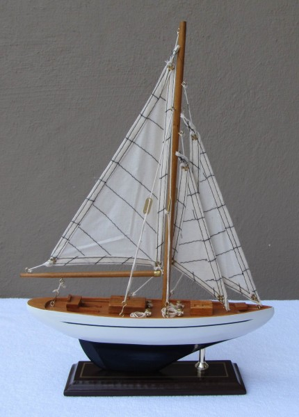 Schiffsmodell Segelyacht (weiß/blau) aus Holz 35x25 cm