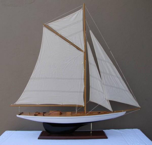 Schiffsmodell Segelyacht (weiß/blau) aus Holz 55x43 cm Modellschiff Schiffsmodelle