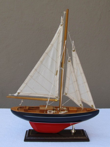 Schiffsmodell Segelyacht (blau/rot) aus Holz 35x25 cm