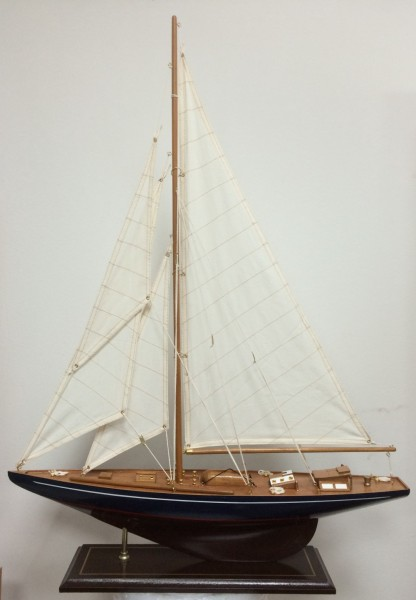 Schiffsmodell Segelyacht (blau/braun) aus Holz 84x60 cm
