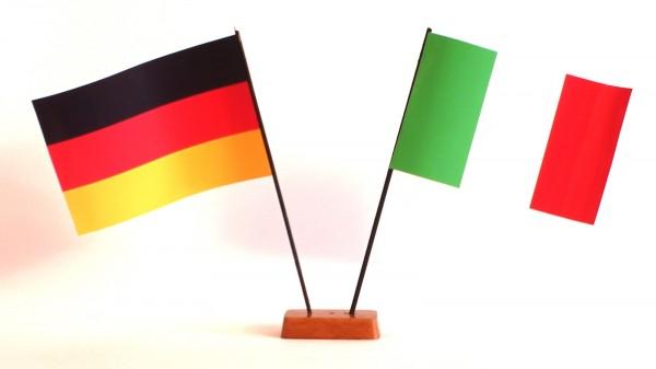 Mini Tischflagge Italien 9x14 cm Höhe 20 cm mit Gratis-Bonusflagge und Holzsockel Tischfähnchen