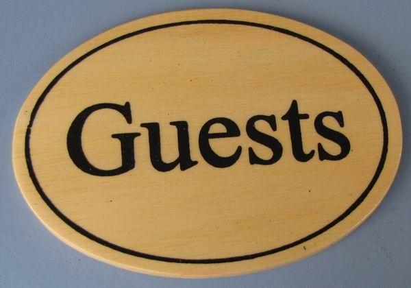 Ovales Holz - Türschild Guests 7x10 cm helles Holzschild