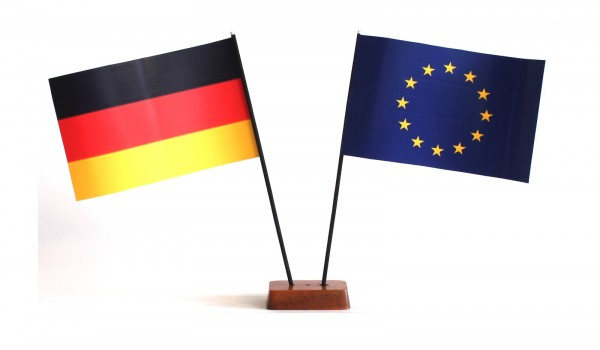 Mini Tischflagge Europa Europafahne EU 9x14 cm Höhe 20 cm mit Gratis-Bonusflagge und Holzsockel Tisc