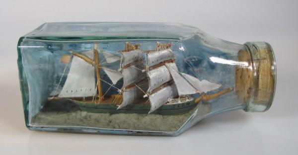 Altes Buddelschiff mit Holzsegel um 1900, ca. 19x8 cm